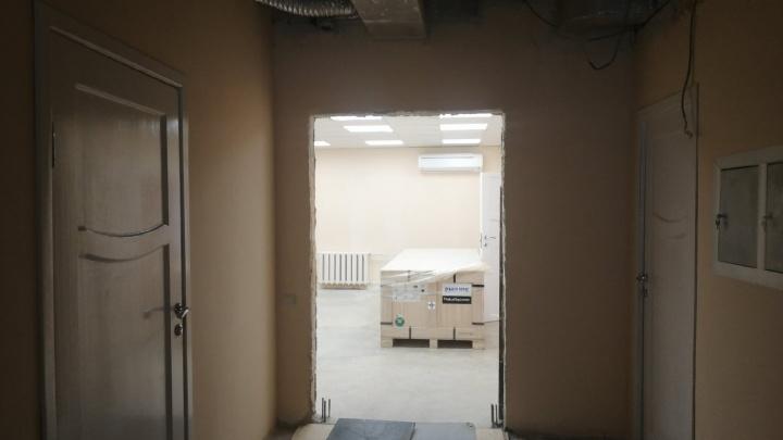 В МСЧ-4 привезли новый томограф, ради которого пришлось разобрать часть стены
