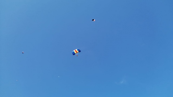 «Боитесь высоты — прыгайте с парашютом»: на Татышеве прошли соревнования по парашютному спорту