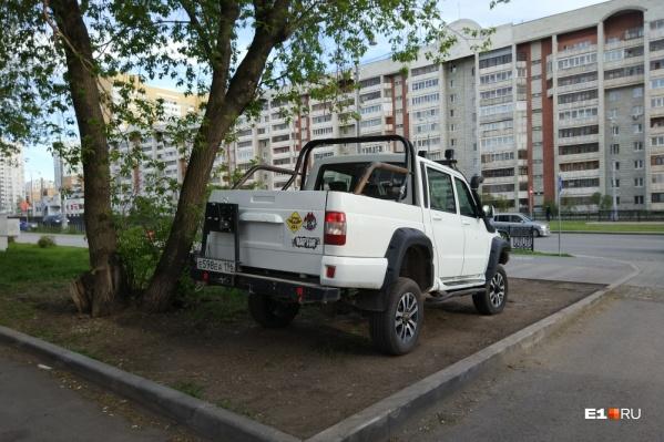 Наверное, водитель забыл, что бездорожье нужно искать за пределами благоустроенного города-миллионника