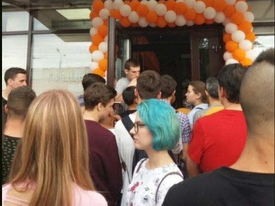 Волгоградцы продают за 1000 рублей место в огромной очереди за пиццей