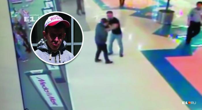На видео заметно, как крепкий мужчина сначала хватает инвалида, а потом наносит ему удары