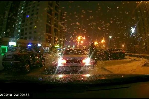 На кадрах видно, как вооруженный мужчина подходит к водительскому окну