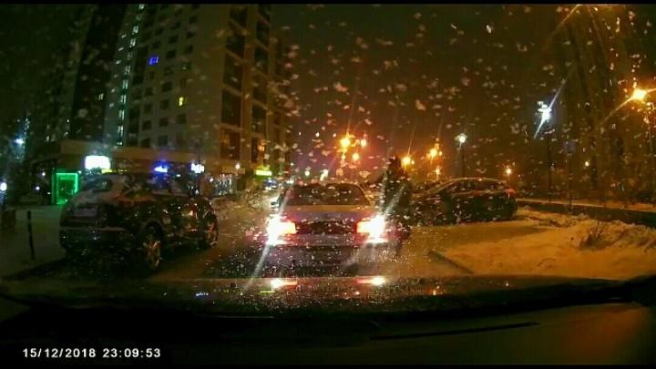 В Тюмени бывший полицейский угрожал пистолетом водителю за просьбу отогнать машину