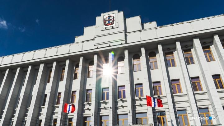 Белый, синий, красный: смотрим, в каком состоянии находятся российские флаги на омских зданиях