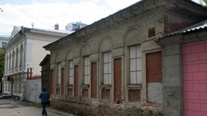 «На участке можно построить еще одно здание»: в Екатеринбурге продают дом-памятник XIX века