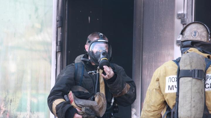 В Октябрьском районе пожарные спасли из горящего дома 30 человек