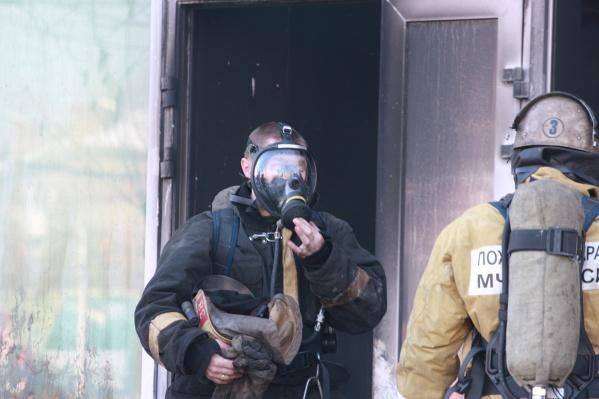 Пожарные вывели из горящего дома 30 человек
