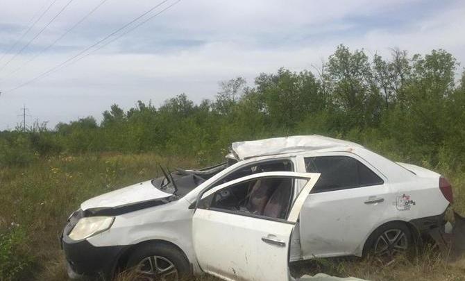 «Женщина погибла на месте»: по дороге в Рощинский Geely съехал в кювет и перевернулся