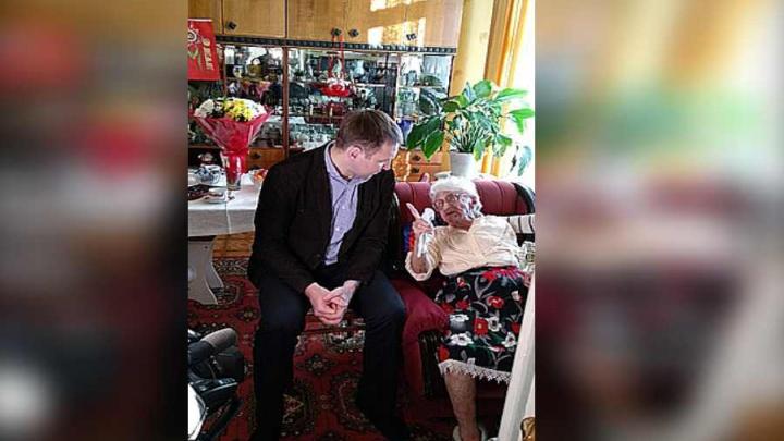 Старейшей болельщице хоккейного «Енисея» исполнилось 103 года
