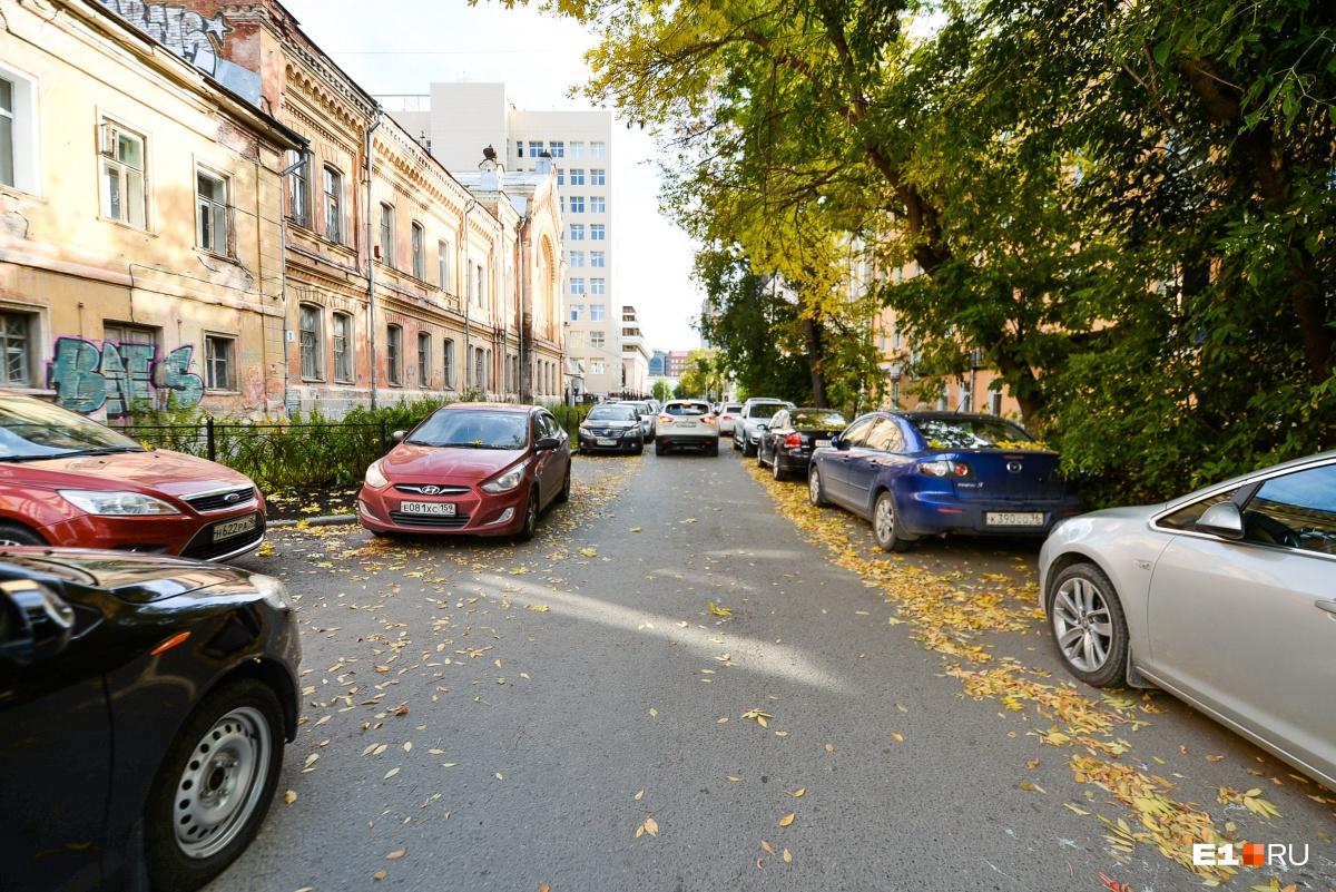 «Сейчас это кладбище машин»: рассказываем, что станет с улицей Толмачёва после перестройки