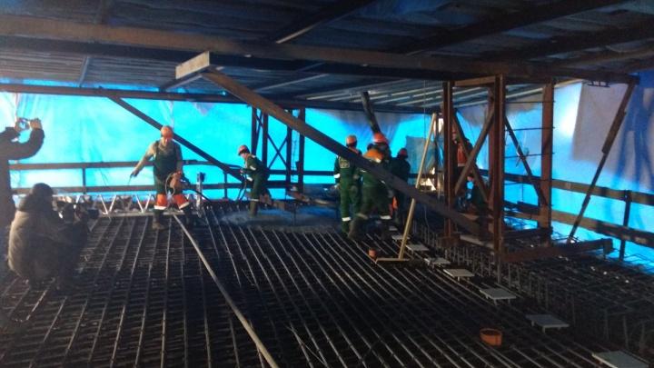 Спрятались в «палатке»: как бетонируют проезжую часть Фрунзенского моста
