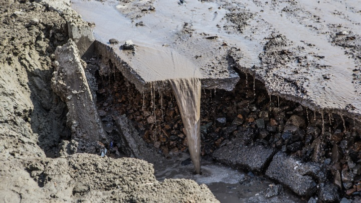Фонтан посреди дороги: в Дзержинском районе затопило улицу (видео)