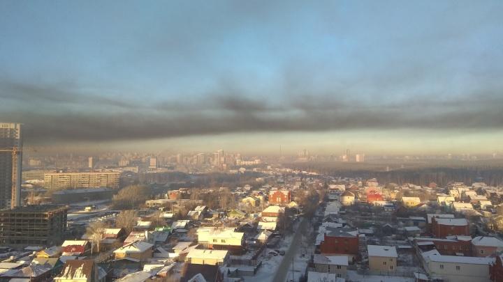 То ли смог, то ли пожар: небо над Ботаникой и Уктусом заволокло чёрным дымом