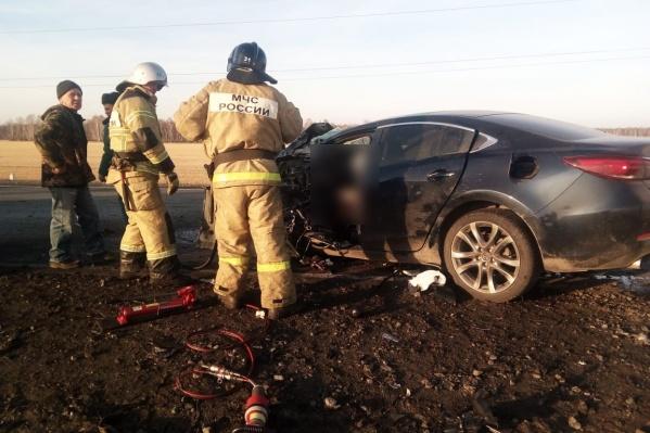 Погибших и пострадавших из машин доставали спасатели