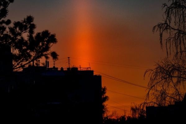 Какой интересный и красивый сегодня закат. От солнца, склонившегося к горизонту, поднимается столб света<br>