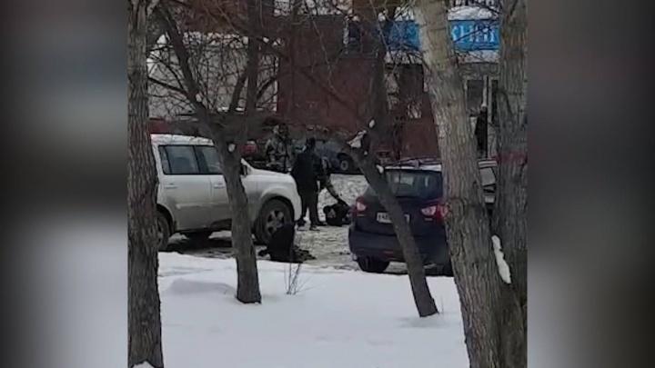 На Опалихинской у мужчины отобрали сумку с миллионом рублей: ограбление снял на видео прохожий