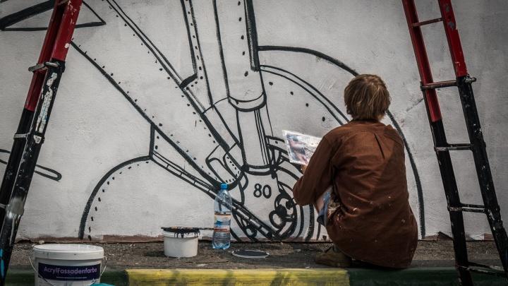 Стены новосибирского вуза за ночь расписали рисунками