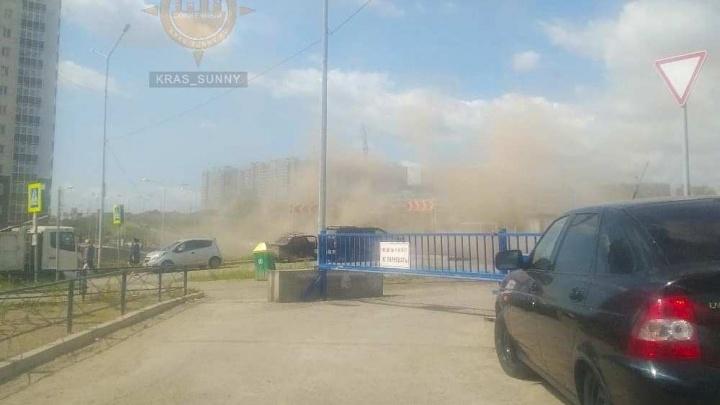 Остановку в Солнечном накрыло облаком пыли из-за уборки у дома
