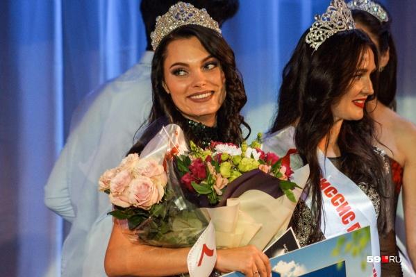 Победительнице конкурса досталась корона, а также множество букетов и подарков