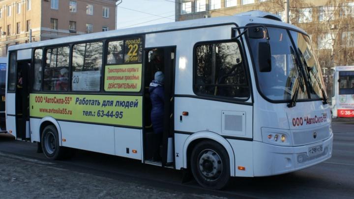 В автобусах № 20 два дня не принимали банковские карты: спрашиваем у перевозчика почему