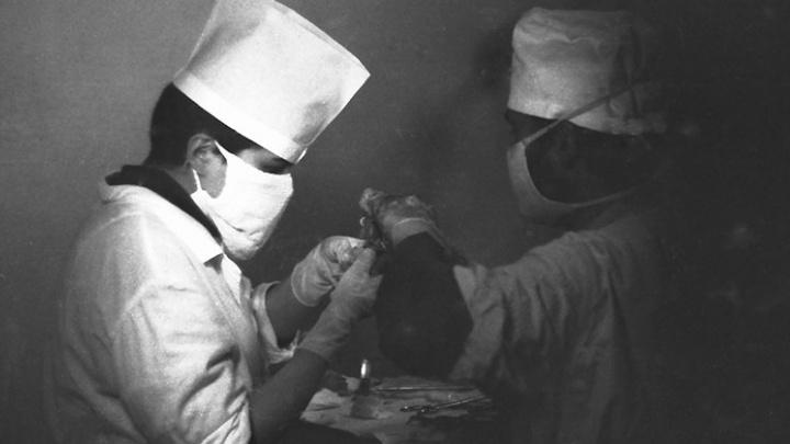 «Мы делали несколько десятков операций за сутки»: как врачи из Екатеринбурга спасали солдат в Чечне