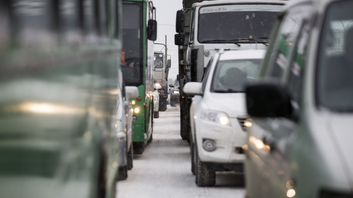 Около «Сибирского Молла»собралась пробкаиз-за столкновения четырех автомобилей