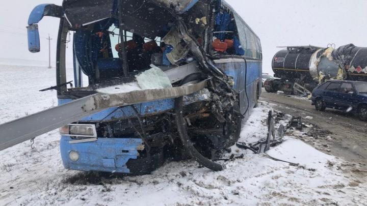 В Ростовской области столкнулись большегруз и автобус с 18 пассажирами
