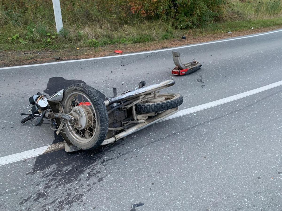 На Свердловской трассе мотоциклист без прав влетел в «Ниву» на встречке и погиб