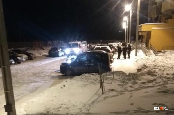 Очевидцы сообщали, что на козырьке было много снега и это смягчило удар при падении