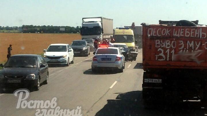 На Новочеркасском шоссе лоб в лоб столкнулись два автомобиля
