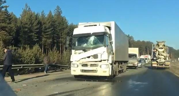 Из-за столкновения двух фур ЕКАД между Верхней Пышмой и Берёзовским встала в пробку