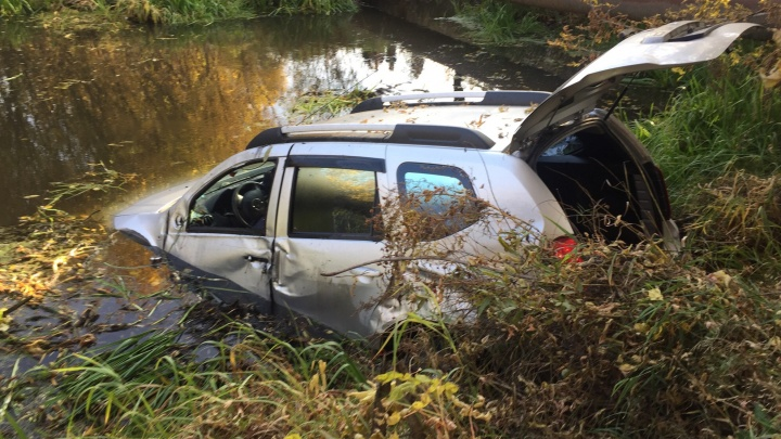 В Боровском внедорожник на скорости перелетел через дорожное ограждение и упал в реку