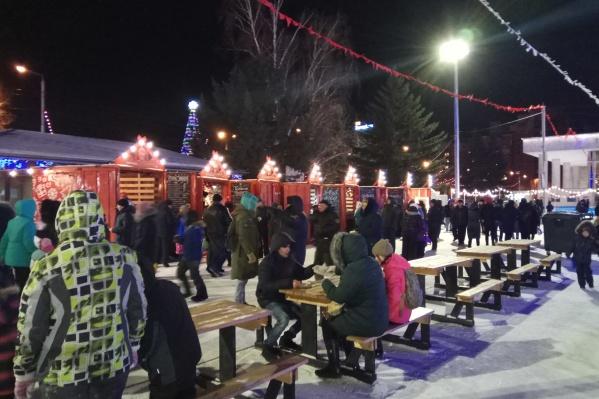 В морозный вечер сотни красноярцев пришли на Театральную площадь