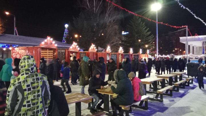 На Театральной площади до конца новогодних праздников открылась ярмарка с катком и аттракционами