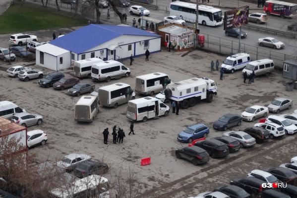 Под пристальным вниманием силовиков и спецслужб оказалась парковка пригородных микроавтобусов
