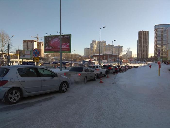 Вчера автомобили выстроились в очередь, чтобы попасть на парковку ТРЦ «Аура»
