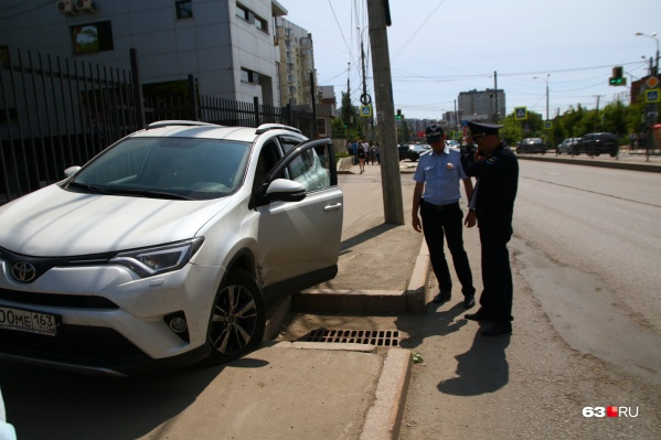 «Тойота» вылетела на пешеходный тротуар