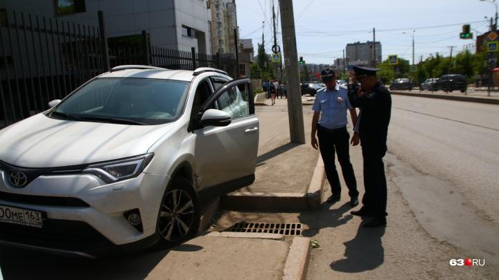 В Самаре внедорожник вылетел на тротуар и сбил женщину с ребенком