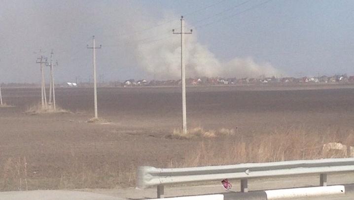 Около тюменских дач сильно горела трава. Это второе возгорание за сутки в этом районе