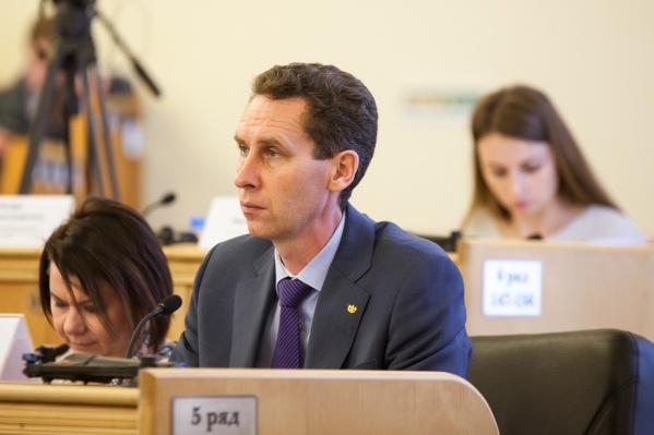 Сергей Шустов с 2011 года занимает должность начальника Главного управления строительства. Теперь он и заместитель губернатора области