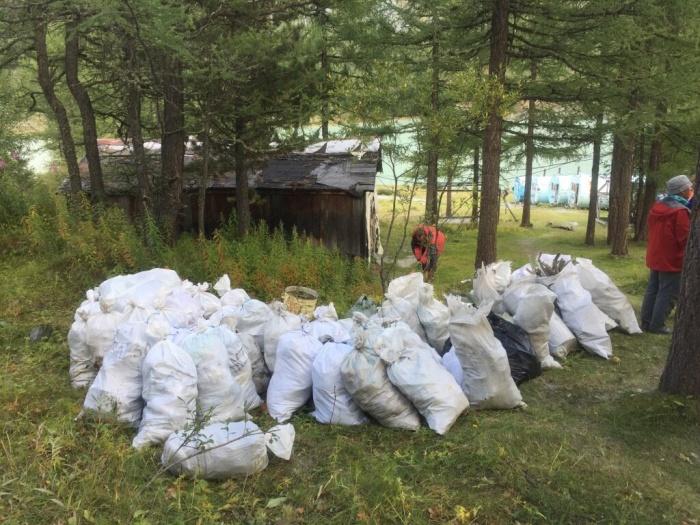 С горы Белухи вынесли десятки мешков с мусором, который остался после туристов