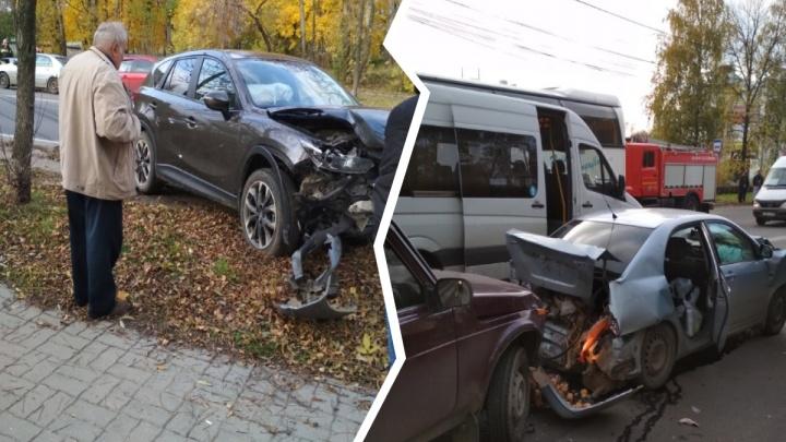В Ярославле столкнулись три легковушки: в МЧС сообщили о пострадавших
