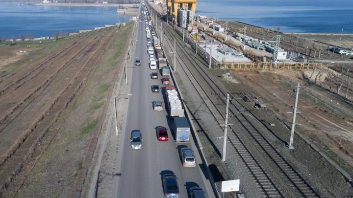 «Многие просто разворачиваются»: движение через ГЭС в сторону Волгограда встало в «мёртвой» пробке