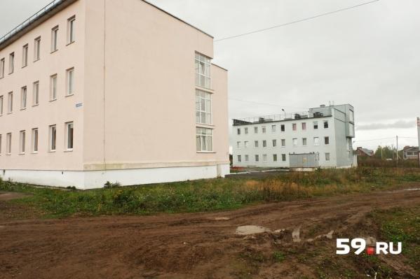 Когда детей-сирот заселили в эти дома, в них не было электричества, воды и отопления
