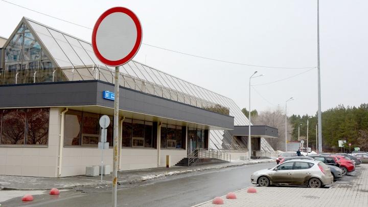 На парковку у памятника Курчатову запретили въезд всем, кроме сотрудников нового бизнес-центра