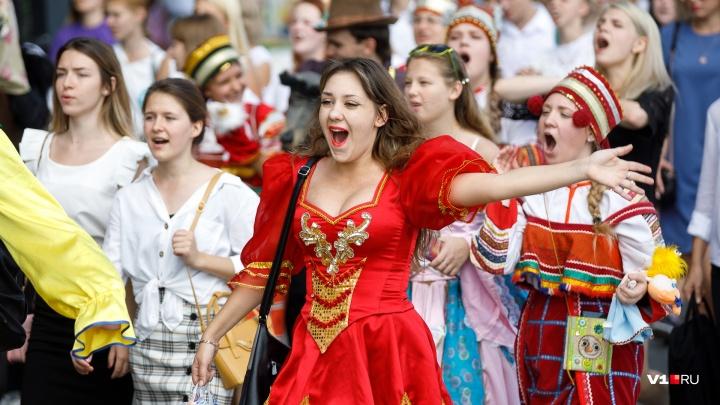 Насчитали больше восьми тысяч: по центру Волгограда погуляли «новобранцы» из всех вузов