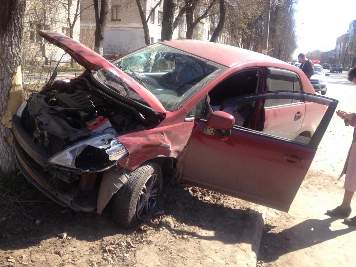 Машина врезалась в дерево на скорости