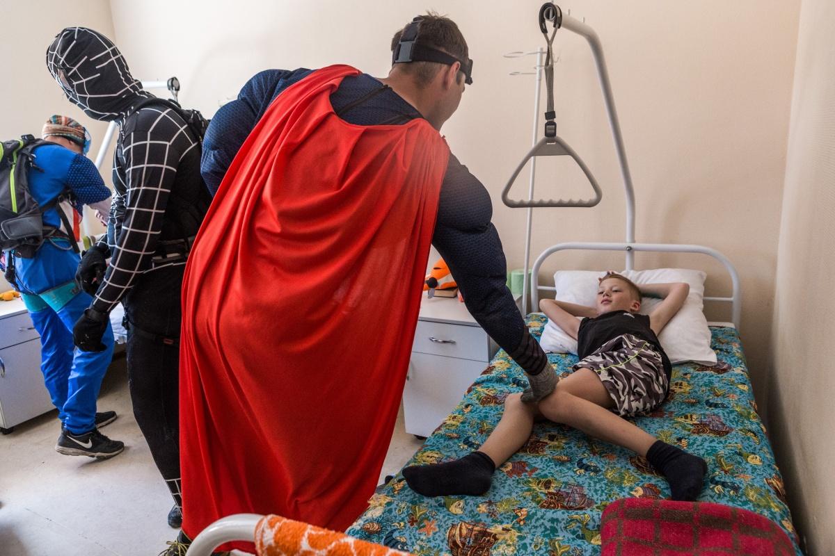 Супергерои взяли с пациентов слово быстрее выздороветь