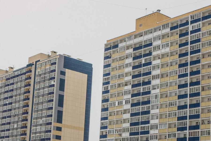 ВНовосибирске чудом спасли висевшую набалконе 13 этажа неадекватную девушку