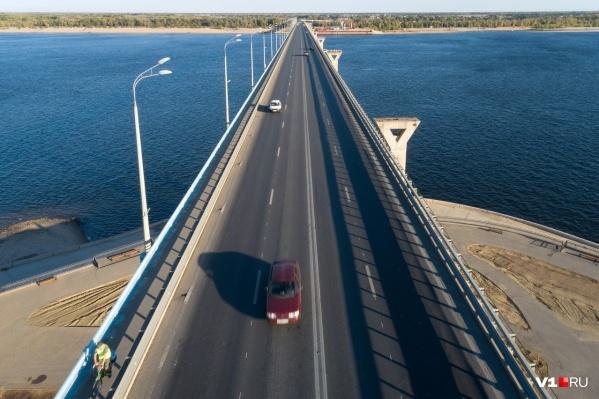 Сейчас мост полностью забит транспортом